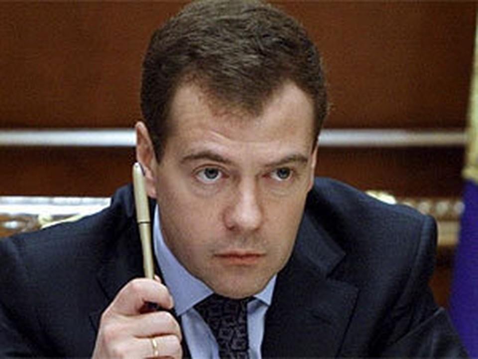 Медведев заявил о необходимости сократить число госслужащих