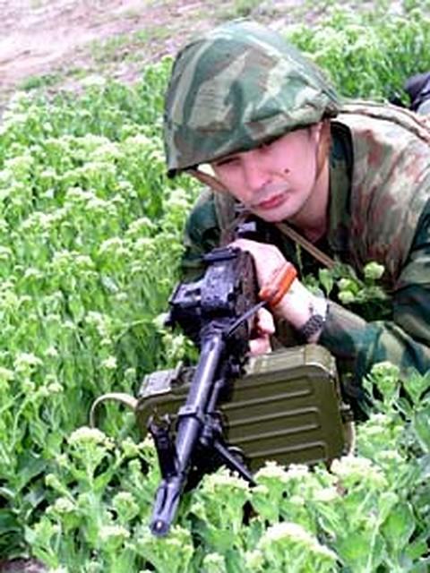 Солдат моет член