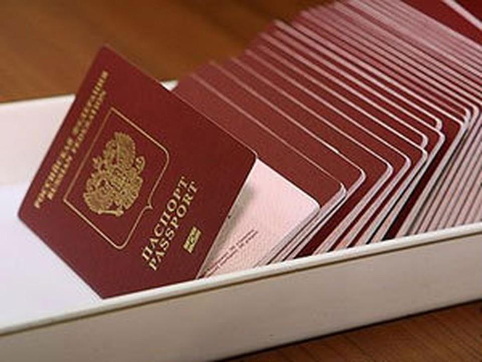 Нижегородцы выстроились в очередь за заграничными паспортами.