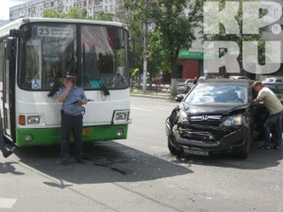 В Вологде «Honda» въехала в городской автобус
