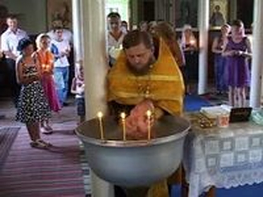 Священник утопил ребенка при крещении. Суд его оправдал.