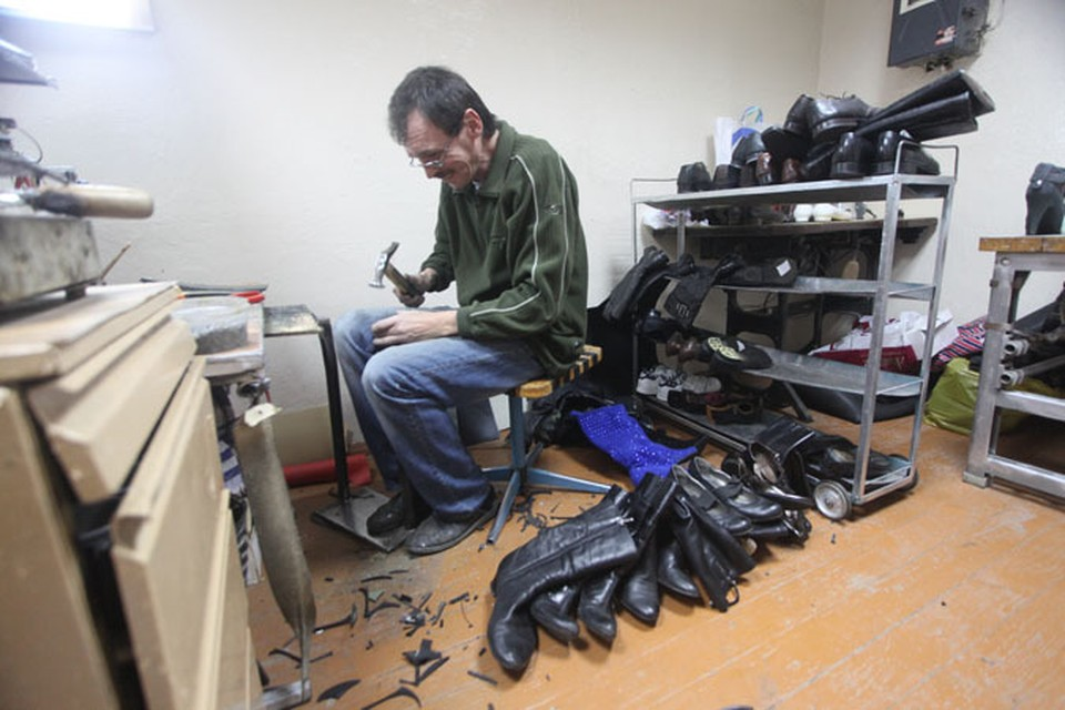 У мастеров по ремонту обуви работы много
