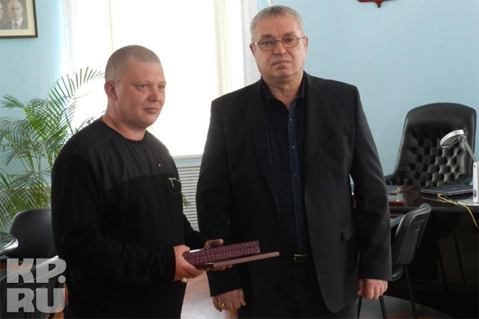 Глава города вручил бизнесмену часы и благодарственную грамоту
