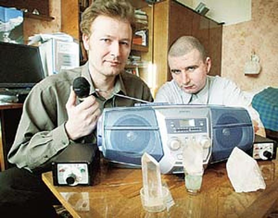 Игорь и Артем  проводят радиосеанс  с потусторонним миром.