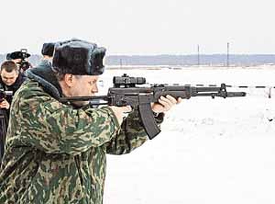 Сергей Миронов любит поупражняться с серьезным оружием.