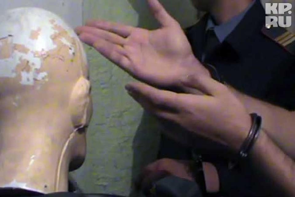 На следственном эксперименте член банды Федоровича показывает подробности убийства