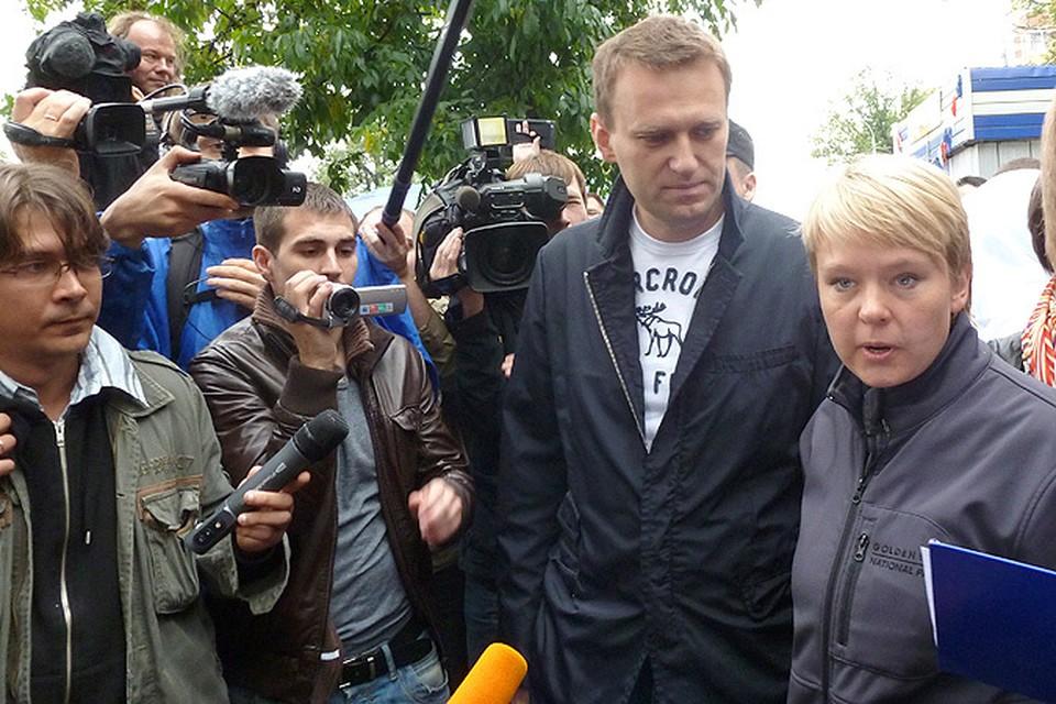 Алексей Навальный и Евгения Чирикова в окружении журналистов.