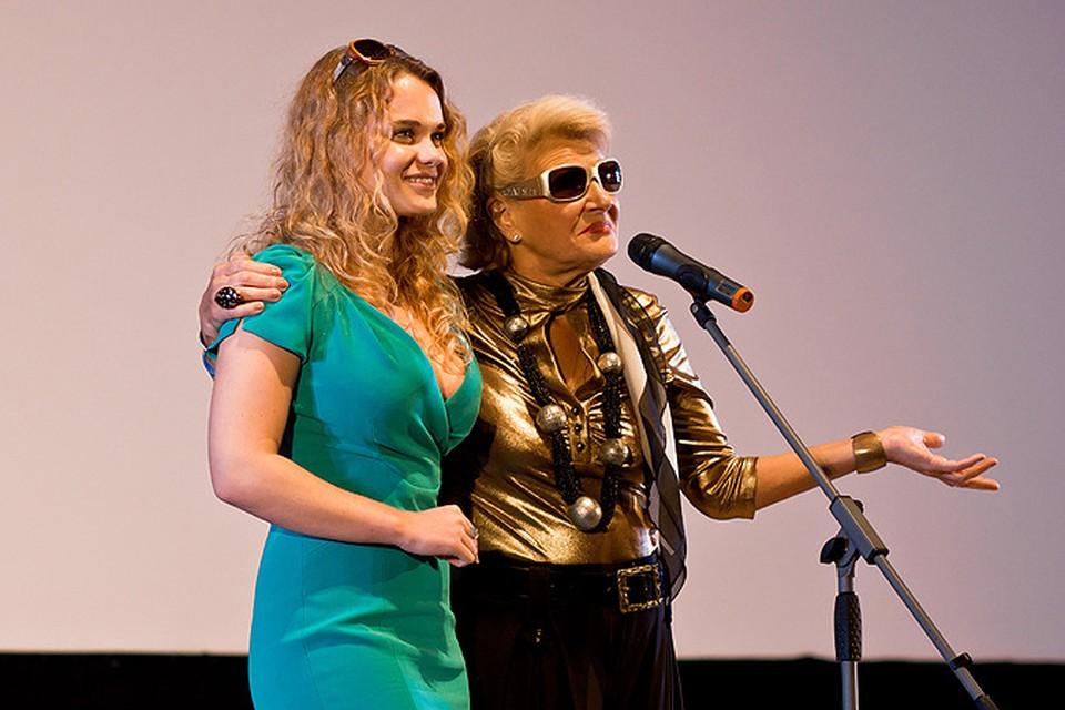 """Светлана Дружинина представила в Смоленске новый фильм """"Охота на принцессу"""" и исполнительницу главной роли в нем Светлану Полежаеву."""