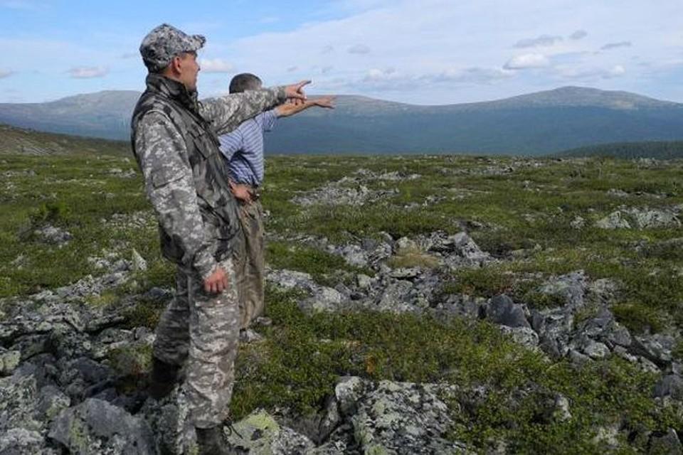 Туристы из Озерска показывают, в какой стороне они видели огненный шар в ночь на 5 августа 2012 года.