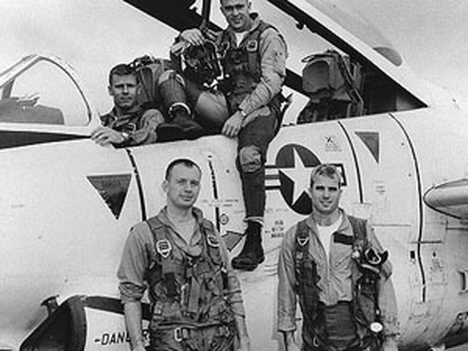 Летчик Джон Маккейн воевал во Вьетнаме (справа в нижнем ряду).