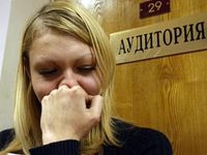 Студентку после сессии, смотреть лесбиянка мучает девушку