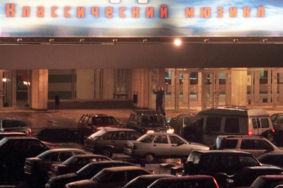 Одна из освобожденных заложниц выходит из дверей центра на Дубровке