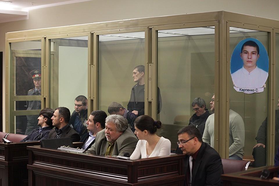 Сергея Карпенко же нет в живых, на скамье подсудимых сейчас находятся остальные участники цапковской группировки
