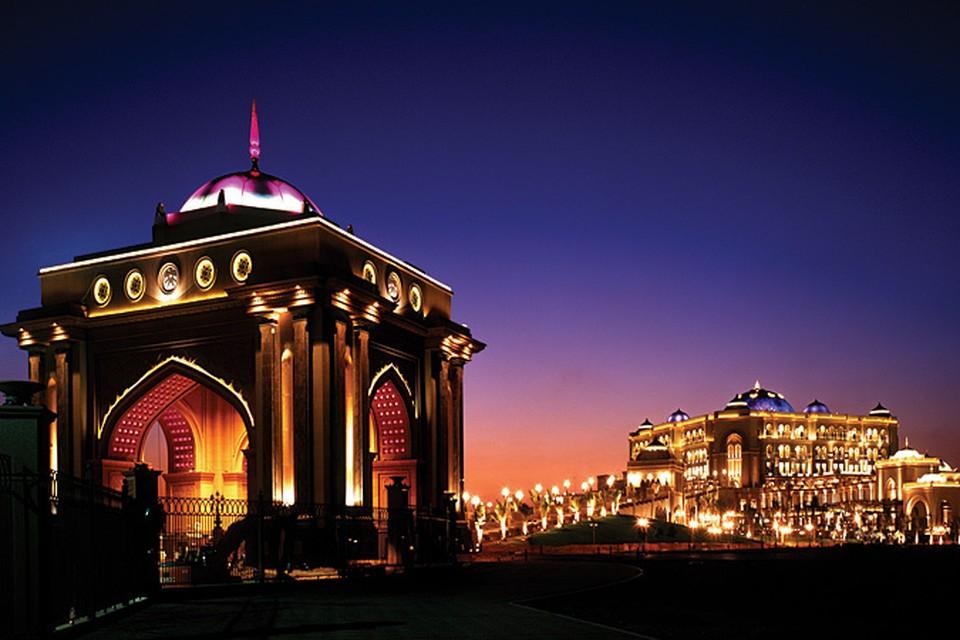 Отель Emirates Palas сияет ночью уникальной подсветкой, а днем - золотом и хрусталем, из которого выполнена его отделка