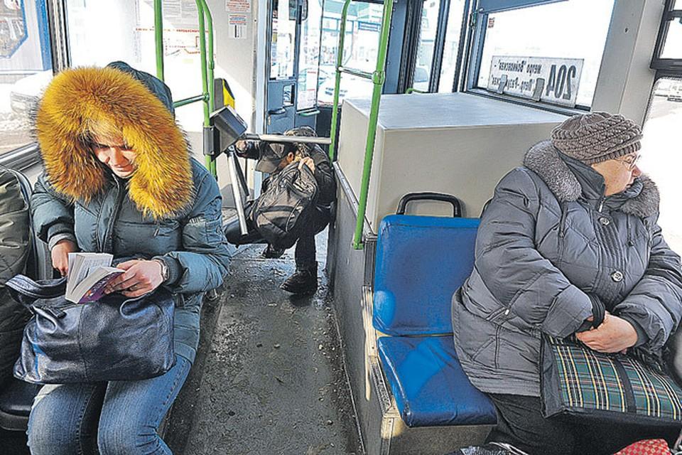 И пенсионеры, и дети, и даже взрослые мужчины умудряются подлезать под рогатку на входе в автобус.