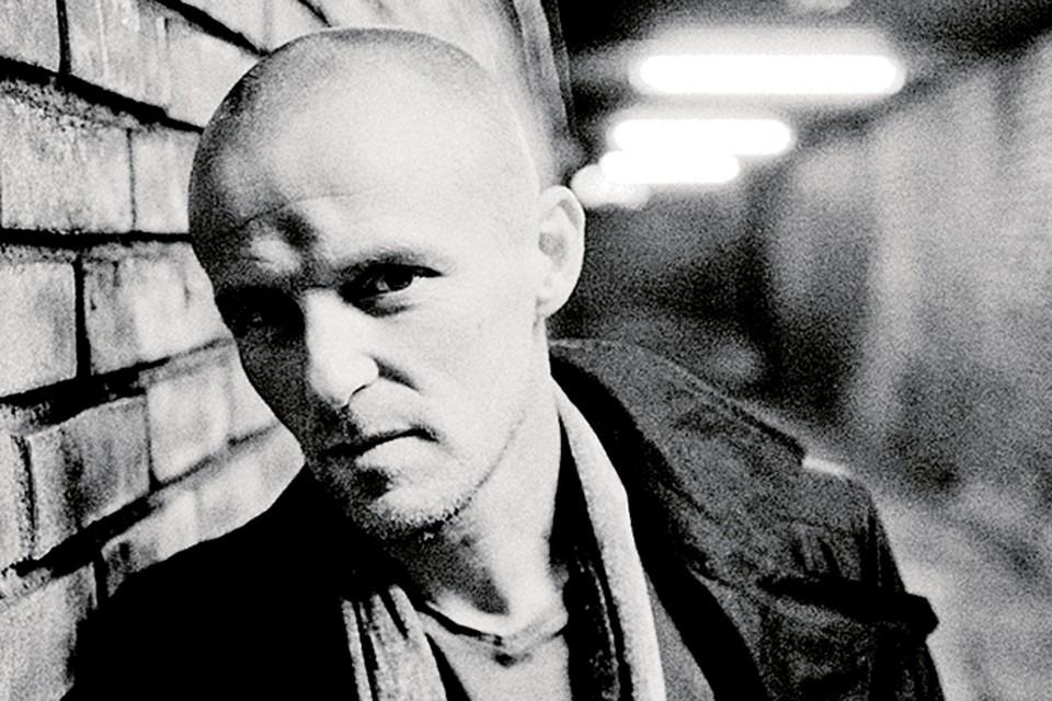Норвежский писатель Ю Несбе, несмотря набольшую популярность его книг, не бросил увлечение юности и до сих пор играет в рок-группе.
