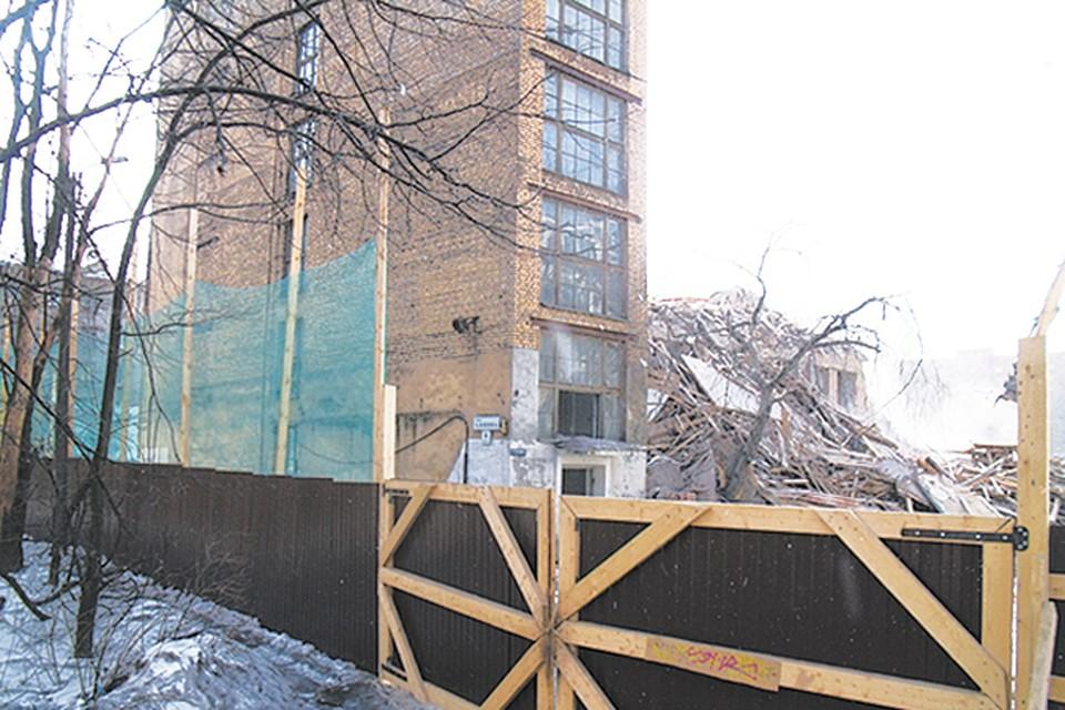За забором уже давно работает тяжелая строительная техника.