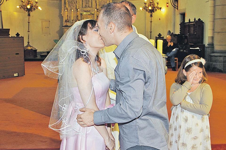 Оксана, ее муж Юрий и их Элиза. Из-за сложностей с документами свадьбу сыграли как положено - с венчанием и фатой - только через год после ее приезда.