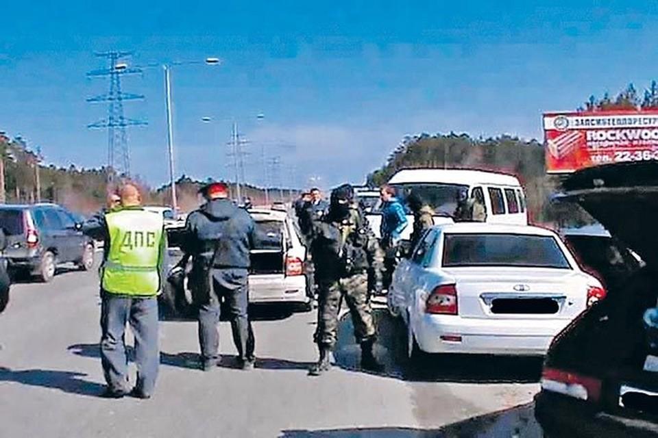 Кадры задержания скандального «автопробега» на въезде в Сургут. ОМОН без лишних слов жестко повязал экипажи почти ста машин.
