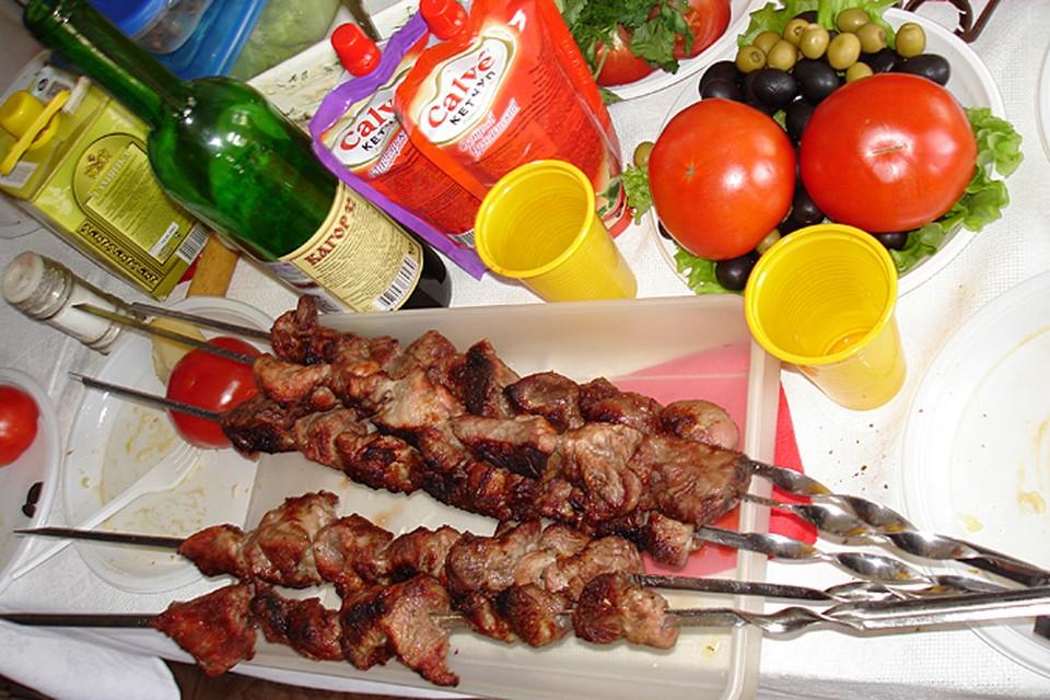 Откажитесь от сочетания мяса, особенно жирного, с картошкой - ешьте свиной или бараний шашлык с большим количеством зелени и свежих овощей