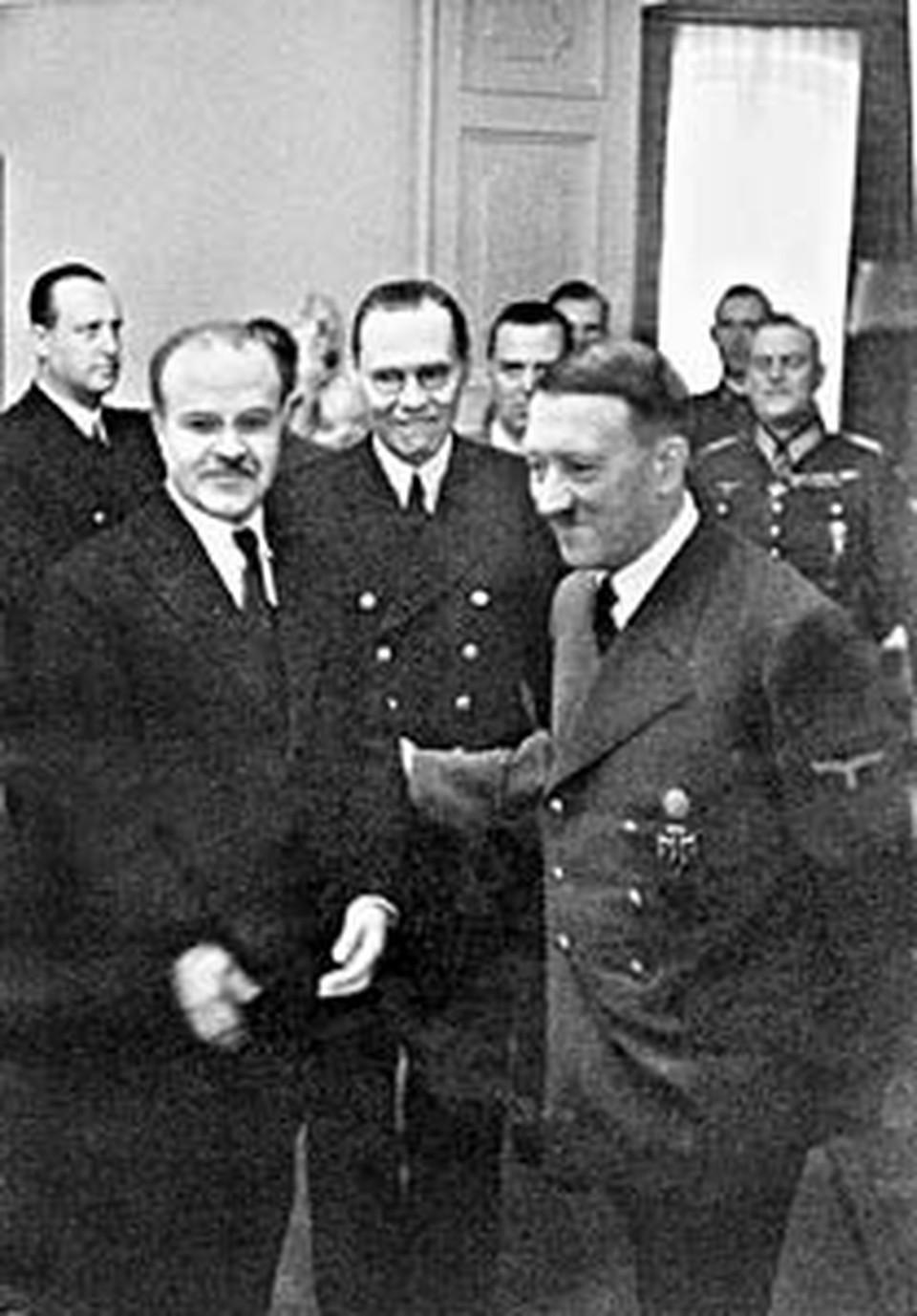 Вячеслав Молотов (на снимке слева)  на встрече с Адольфом Гитлером. Берлин, ноябрь 1940-го. До нападения Германии на Советский Союз остается семь месяцев...