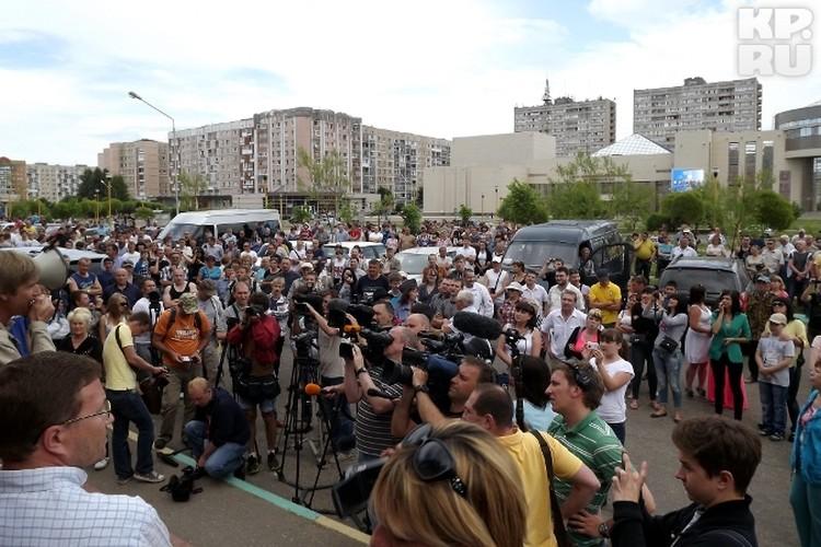 На митинг пришло порядка 100 человек