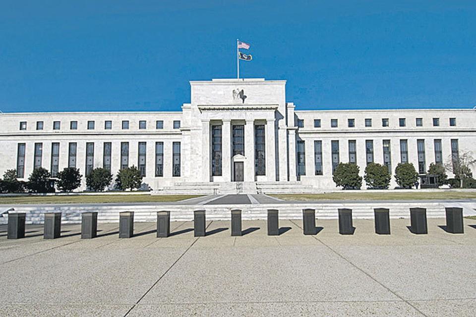 В этом белом доме и находится настоящий вашингтонский обком! Но рулит здесь  не Обама, а глава ФРС Бен Бернанке.
