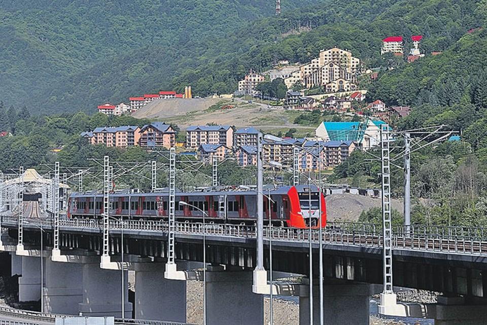 Для строительства совмещенной дороги Адлер - Красная Поляна применены сложнейшие инженерные решения - проложено 12 тоннелей, возведено более 50 мостов и эстакад.