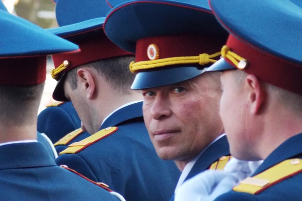Дмитрия Камшилов (в центре) вывел из горящего дома людей, но сам погиб.