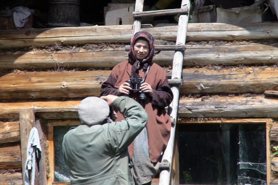 Василий Михайлович привез Агафье в подарок платок, дал покрутить всю свою технику, особенно бинокль она с интересом рассматривала