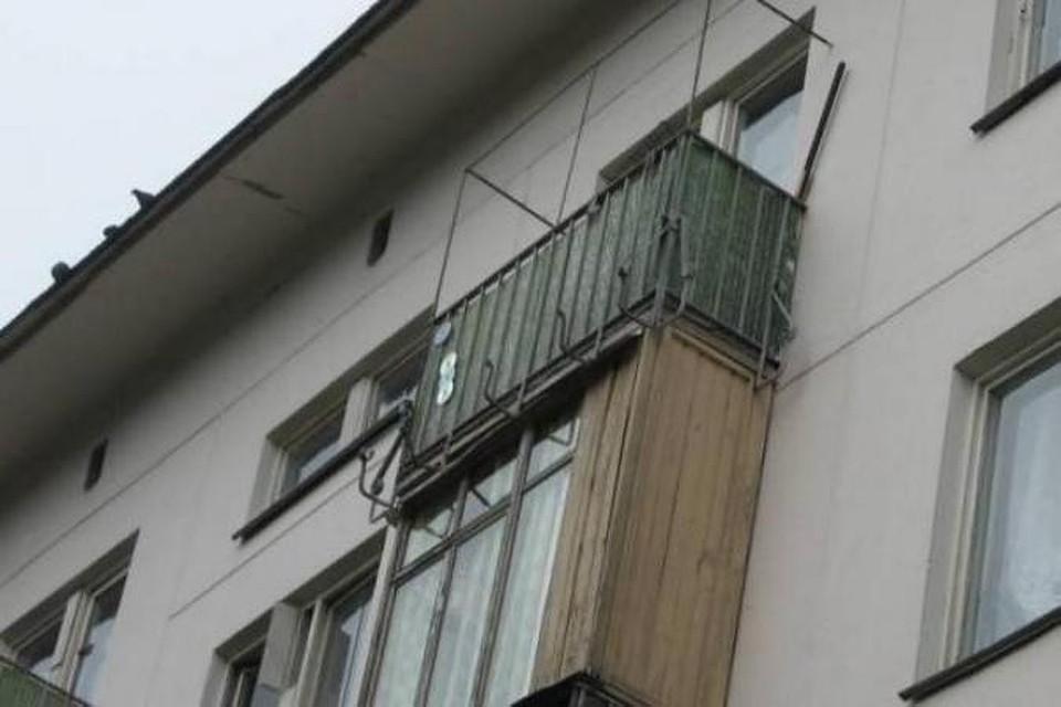 Молодая женщина погибла, спрыгнув с балкона пятого этажа.