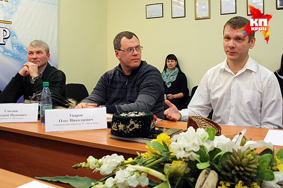 Валерий Смолюк (слева) и Олег Уваров (в центре) отправятся в кругосветное путешествие
