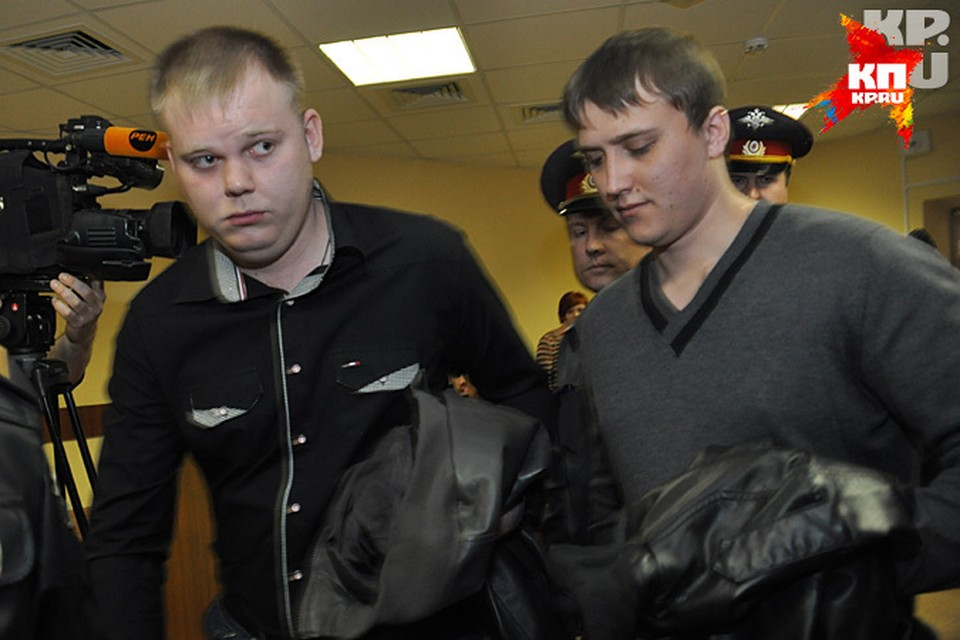 Из зала Советского райсуда Виталий Моисеев (слева) и Андрей Тринеев хотя бы выходили в наручниках. Областной суд отпустил их домой.