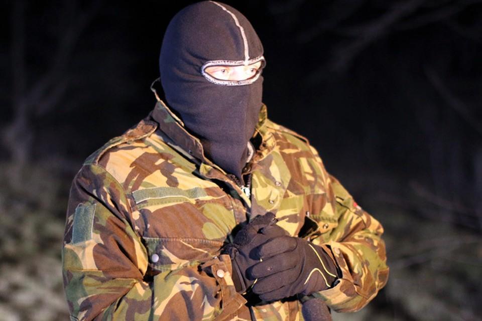 К нам вышел человек в маске, в котором мы без труда узнали того, кто на видео стоял справа от спикера