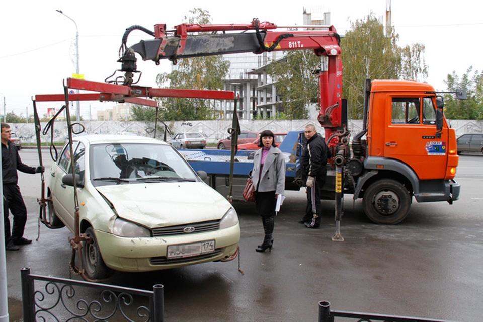 Людям приходится со слезами умолять эвакуаторщиков спустить машину с тросов