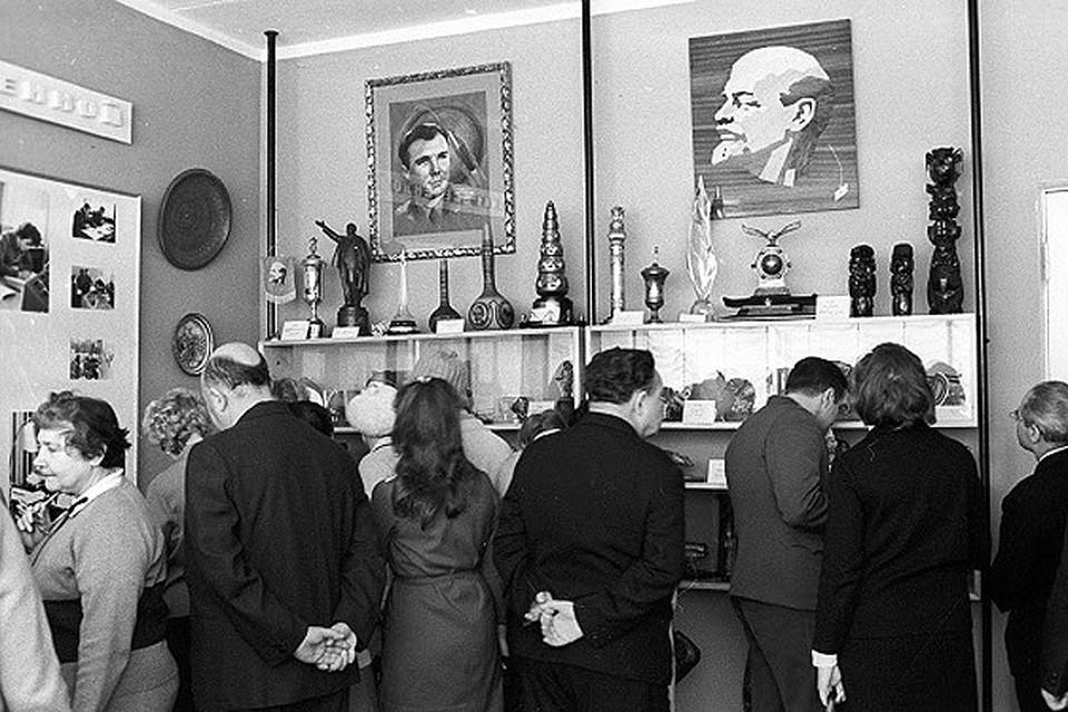 1971 год. Посетители Музея космонавтики в Звездном городке изучают экспозицию из подарков Гагарину.