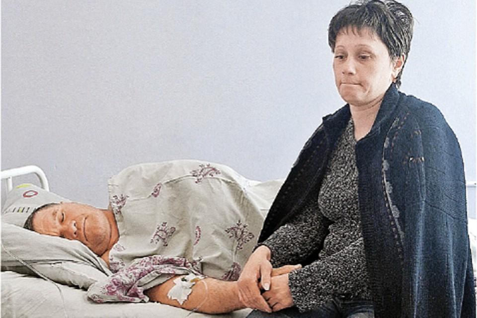 Один из последних заснувших - Александр Павлюченко. Жена не отходит от него ни на шаг.