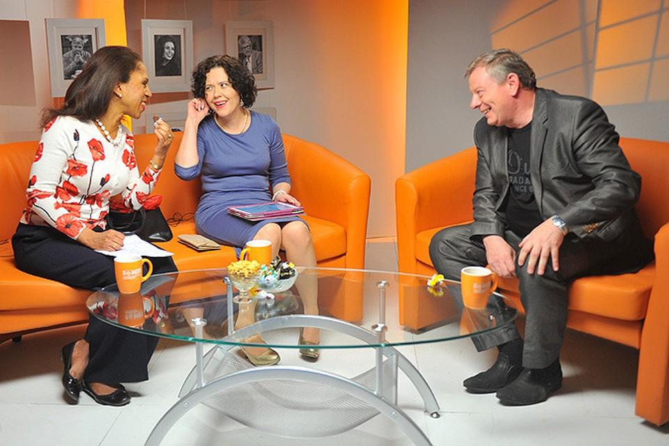 Вадим Андреев (крайний справа) в гостях у Елены Ханги (крайняя слева) и Дарьи Завгородней