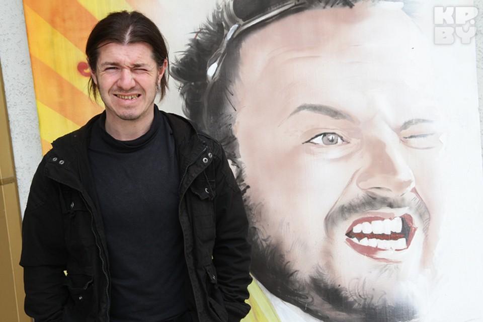 Художник Александр Бельский работает в кинотеатре «Пионер».
