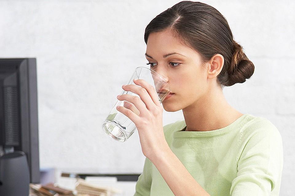 Недостаток воды, именно воды, а не чая-колы-молока-компотов провоцирует нашу постоянную усталость!