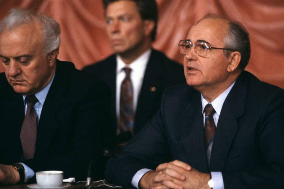 Шеварнадзе (слева) и Горбачев в Вашингтоне. 1987 год