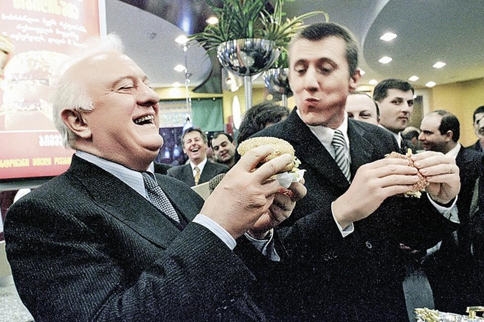 Шеварднадзе (слева) всячески демонстрировал, что готов принимать западные ценности. 1999 год. Открытие первого в Грузии американского фастфуда.