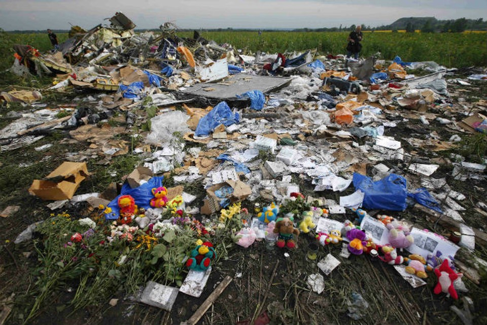 Жители Донецкой области несут цветы и игрушки к месту падения лайнера