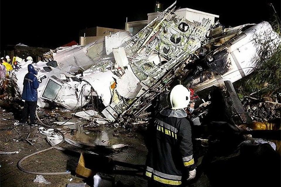 Спасатели осматривают место крушение рейса на Тайване