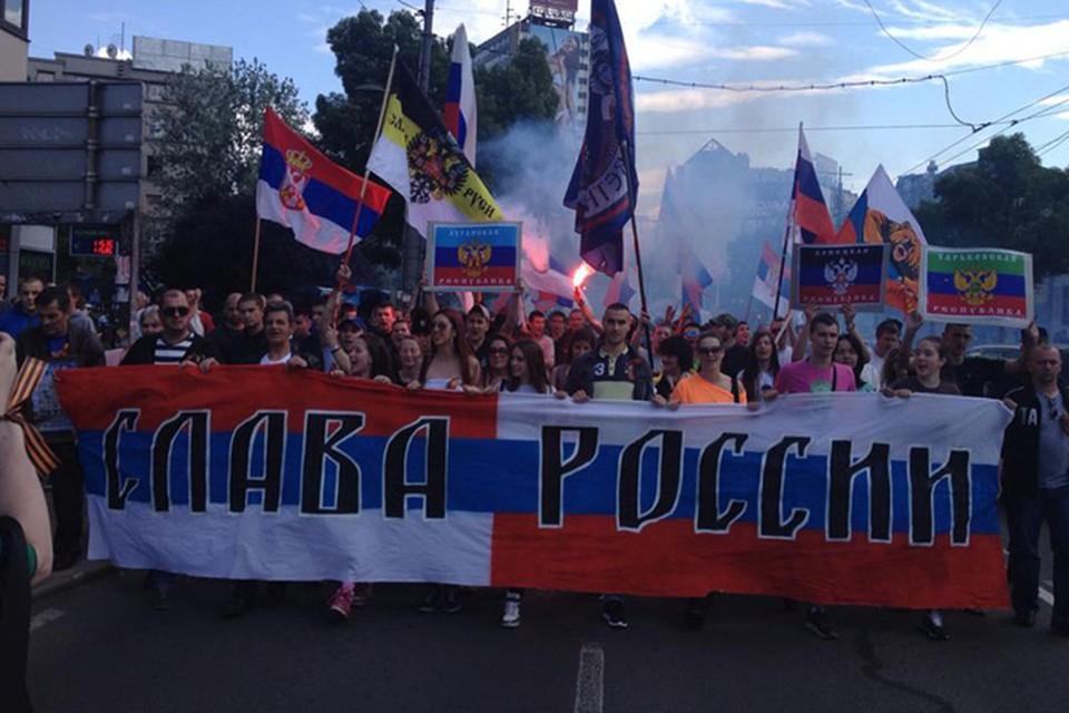 Пока политики Белграда пытаются лавировать между Западом и Востоком, рядовые граждане выходят на улицы, требуя защитить русское население Украины
