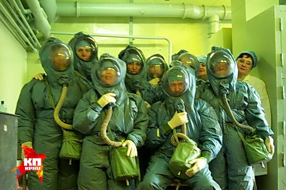 Ученые работали в специальных защитных костюмах, слабое место в которых были перчатки: именно их могли проткнуть иглы шприцов. Фото: личный архив Александра ЧЕПУРНОВА