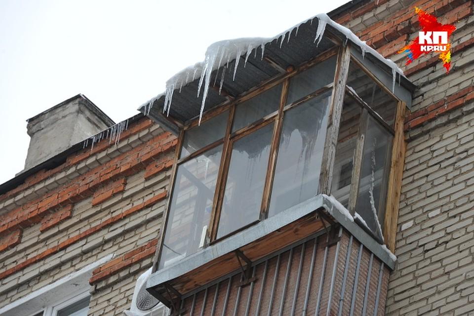 Следователи выясняют, упал снег на ребенка с крыши или с бал.