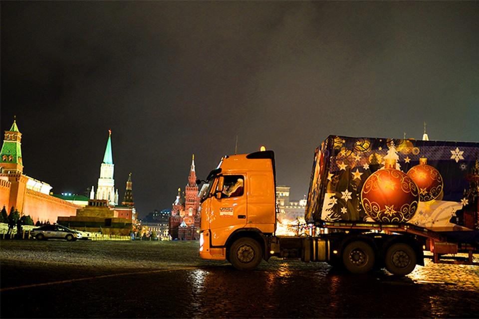 В Кремль из Подмосковья привезли главную новогоднюю ель страны