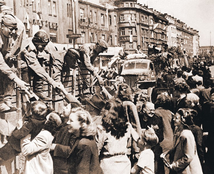 Так советских воинов-освободителей 9 мая 1945-го встречала Прага.