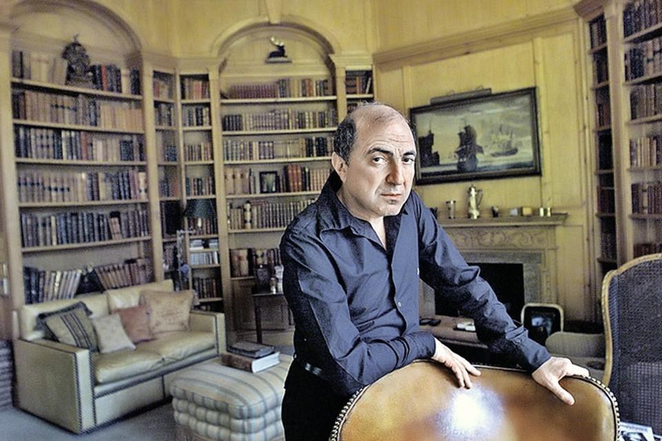 Березовский в своем доме в Эгхеме (пригород Лондона). Некоторые комнаты здесь были снабжены аппаратурой для скрытой записи. Фото: Getty Images.